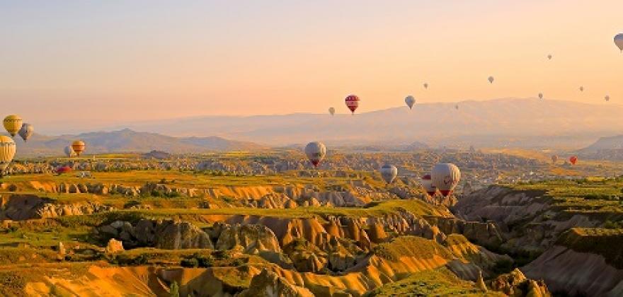 Paysage féérique survolé par des montgolfières