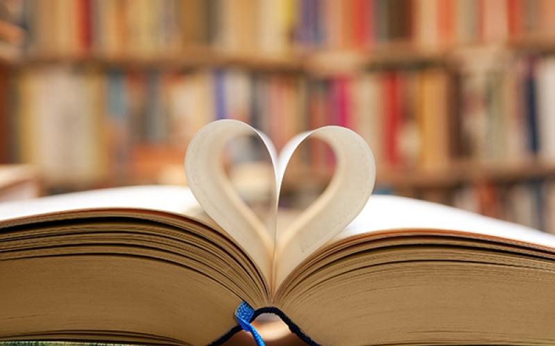 Livre ouvert avec les pages qui forment un coeur