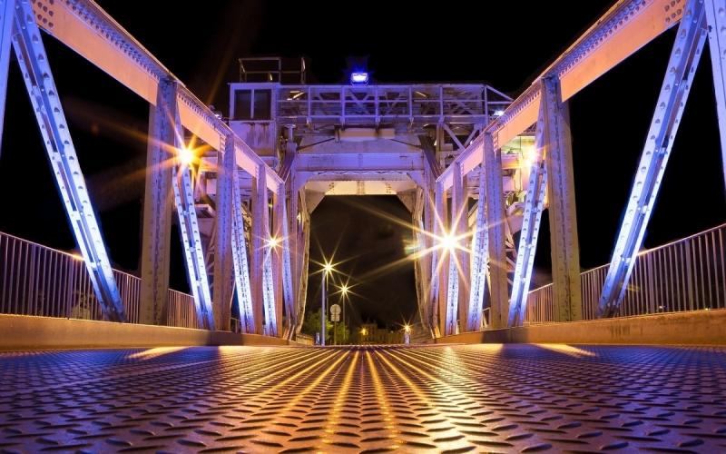 Un pont illuminé de couleurs