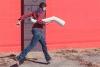 Femme marchant avec une jambe sous le bras - Source libre Gratisography.com