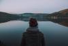 Femme seule de dos face à une étendue d'eau - Source libre Magdeleine.co
