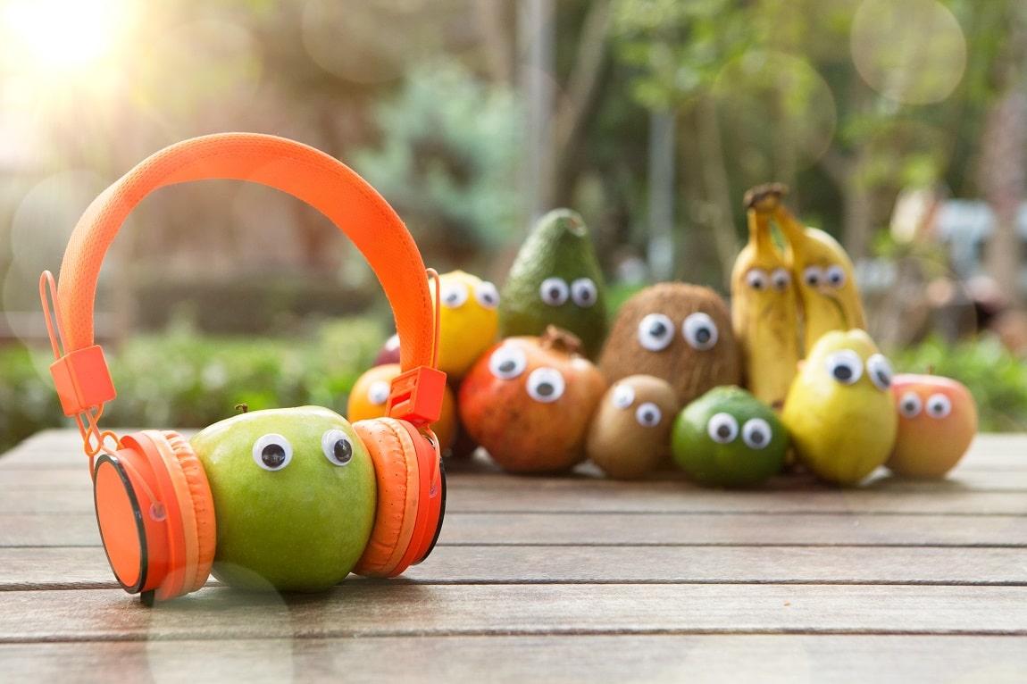Pomme verte avec un casque audio - L'art du clip, novembre 2019 : Les Beatles, Pomme et M