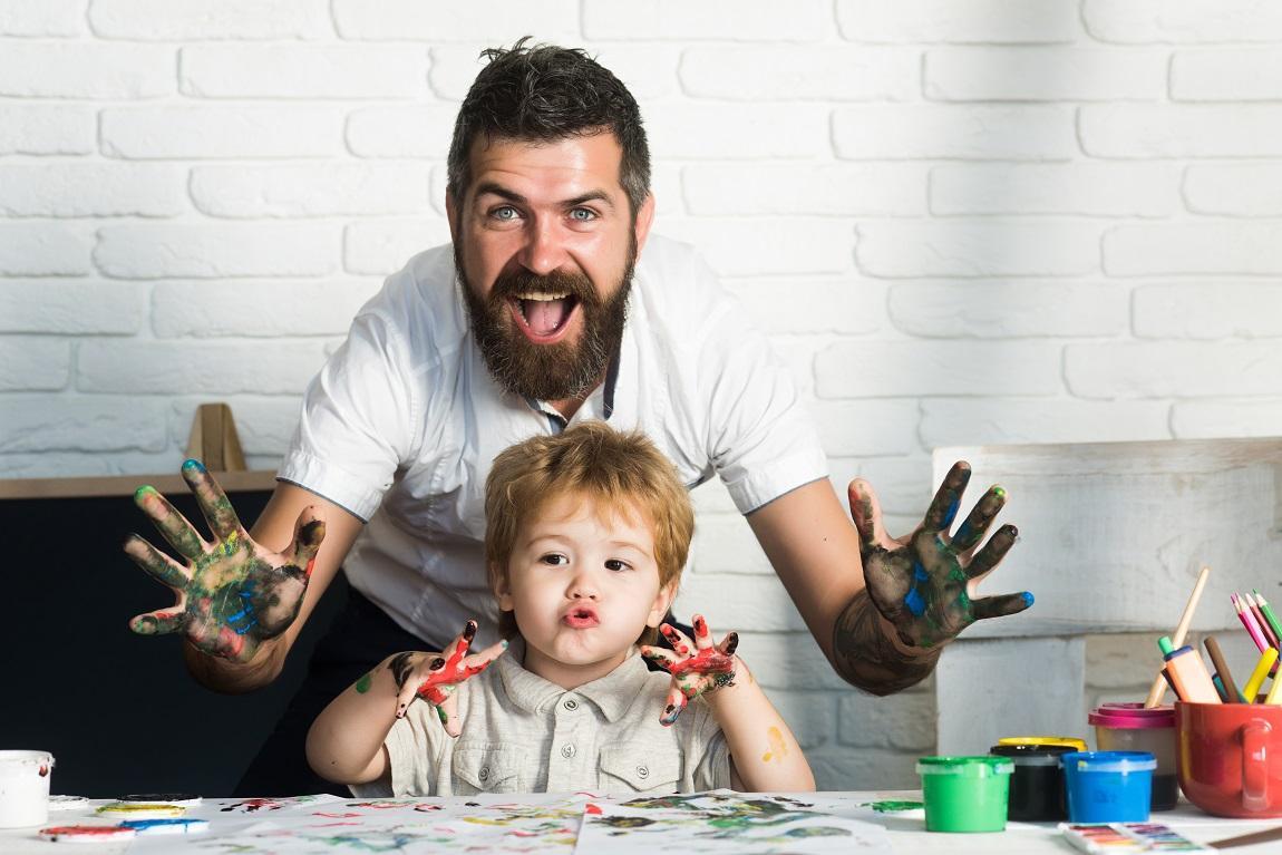 Père et son fils les mains pleines de peinture
