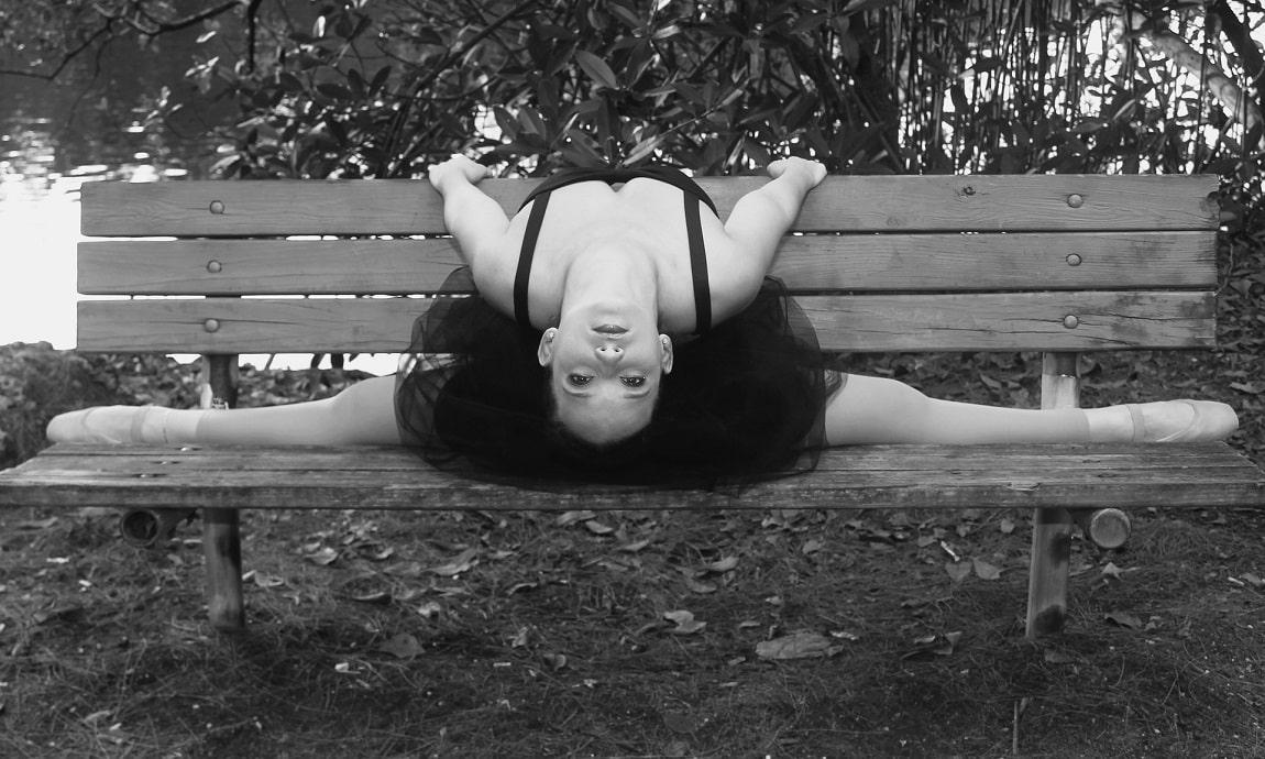 Ballerine qui fait le grand écart sur un banc
